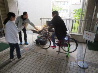 自転車で発電.jpg