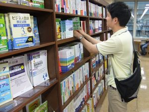 本を選ぶ学生